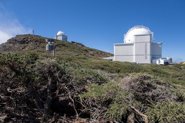 Niski Kąt Ujęcia Obserwatorium Na Szczycie Wulkanu Caldera De Taburiente Na Wyspie La Palma Na Wyspach Kanaryjskich Darmowe Zdjęcia