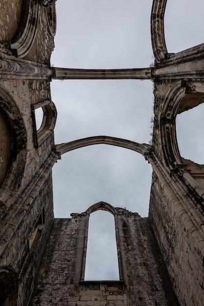 Niski Kąt Widzenia Klasztoru Matki Bożej Z Góry Karmel Pod Zachmurzonym Niebem W Lizbonie W Portugalii Darmowe Zdjęcia