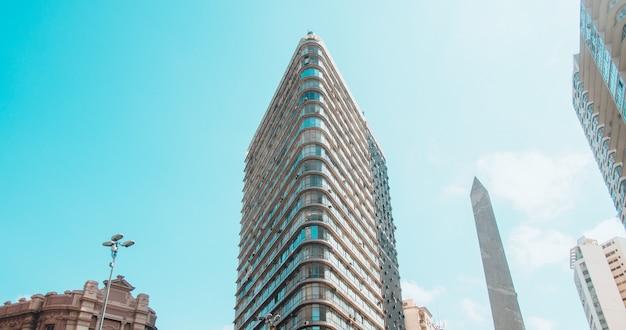 Niski Kąt Widzenia Nowoczesnych Budynków Pod Błękitne Niebo I światło Słoneczne Darmowe Zdjęcia