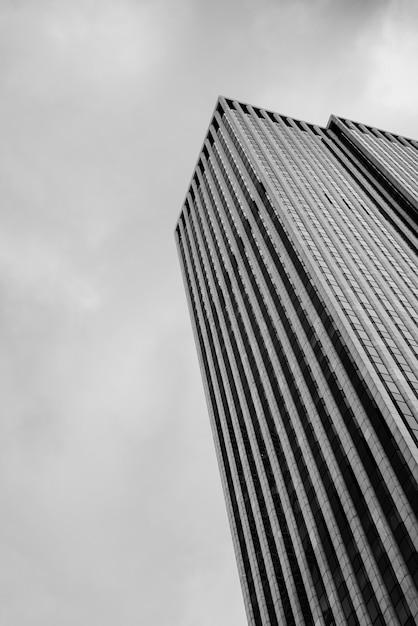 Niski Kąt Wieżowiec Z Pochmurnego Nieba Darmowe Zdjęcia
