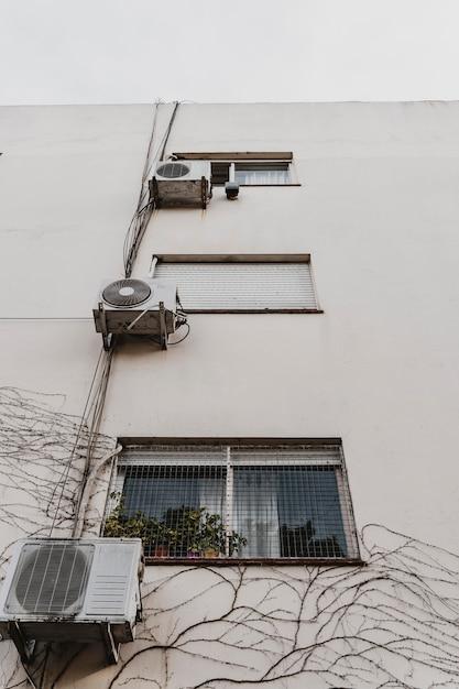 Niski Kąt Zabudowy Miejskiej Z Klimatyzatorami Darmowe Zdjęcia
