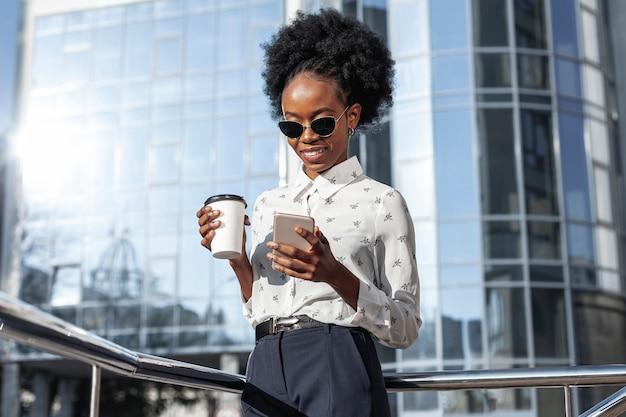 Niskiego Kąta Kobieta Z Kawową Patrzeje Wiszącą Ozdobą Darmowe Zdjęcia