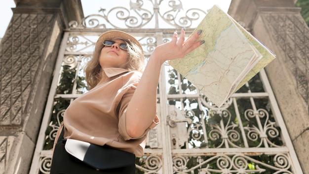 Niskiego Kąta Kobiety Mienia Mapa Darmowe Zdjęcia