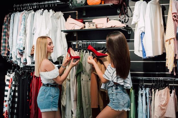 Niskiego kąta młode kobiety w buta sklepie Darmowe Zdjęcia