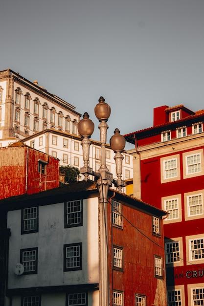 Niskiego Kąta Strzał Piękni Czerwoni Wieżowowie W Porto, Portugalia Darmowe Zdjęcia