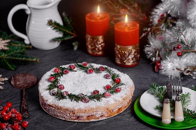 Noc Bożego Narodzenia Z świątecznym Ciastem Ozdobionym żurawiną I Sosną Premium Zdjęcia