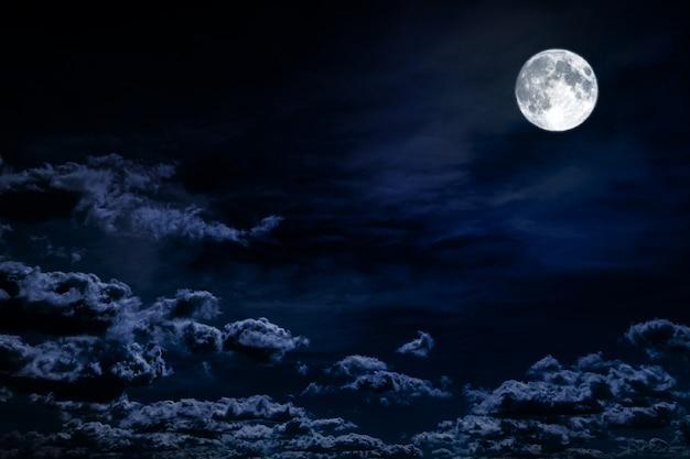 Nocne Niebo W Tle Z Gwiazdami, Księżycem I Chmurami. Elementy Tego Zdjęcia Dostarczone Przez Nasa Premium Zdjęcia