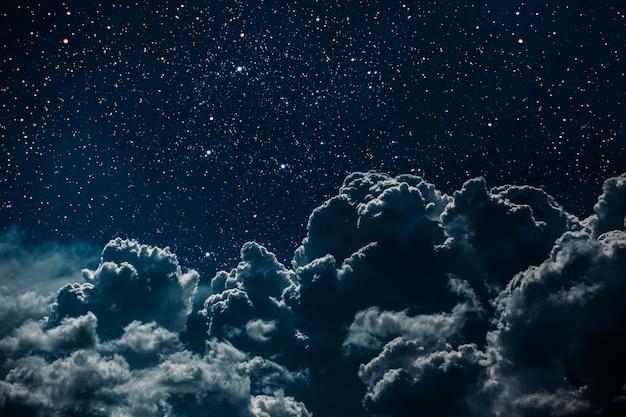 Nocne Niebo Z Gwiazdami, Księżycem I Chmurami. Premium Zdjęcia