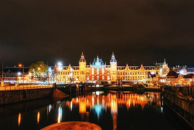Nocne Oświetlenie Budynków I łodzi W Pobliżu Wody W Kanale. Premium Zdjęcia