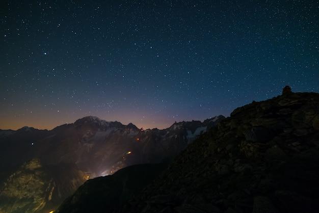 Nocny Krajobraz Monte Bianco (mont Blanc) Z Gwiaździstym Niebem Premium Zdjęcia