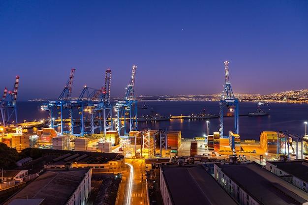 Nocny Port Valparaiso Z Magazynami I Kontenerami Premium Zdjęcia