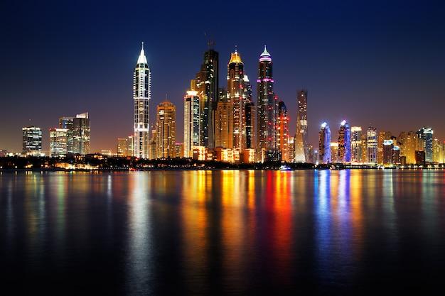 Nocny Widok Na Dubai Emirates Towers Premium Zdjęcia