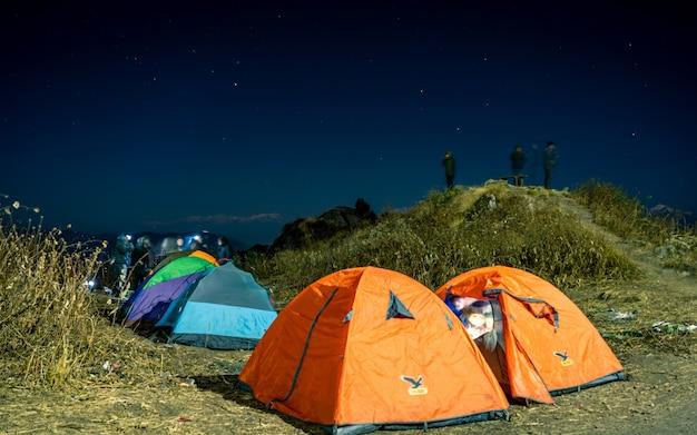Nocny Widok Na Obóz Namiotowy Na świeżym Powietrzu, Nepal. Premium Zdjęcia