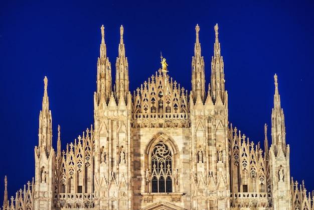 Nocny Widok Słynnej Katedry W Mediolanie Duomo Di Milano Na Piazza W Mediolanie Z Gwiazdami Na Niebieskim Niebie Ciemne Premium Zdjęcia
