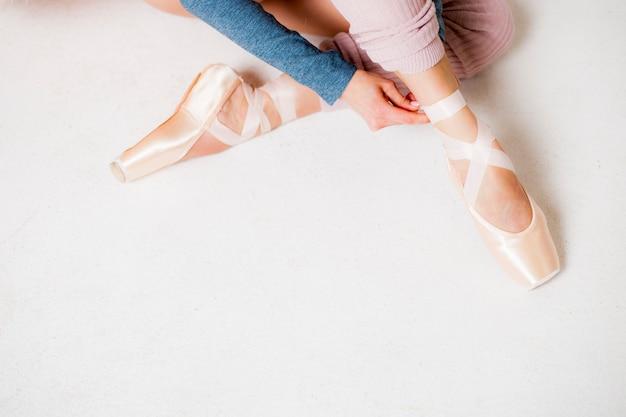 Nogi balerina w pointe kują zakończenie na białego tła odgórnym widoku Premium Zdjęcia