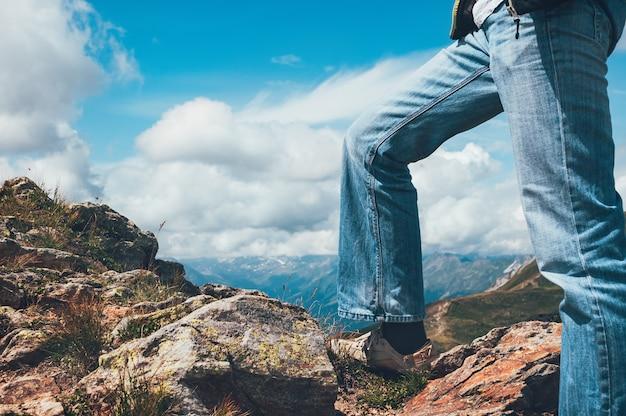 Nogi Człowieka Stojącego Na Szczycie Urwiska Premium Zdjęcia