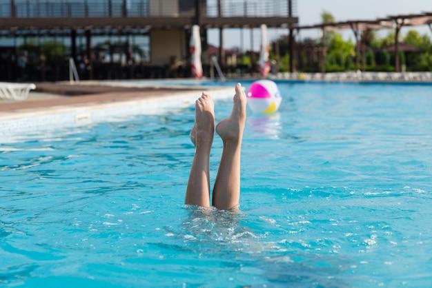 Nogi Dziewczyny Wystają Z Wody Premium Zdjęcia