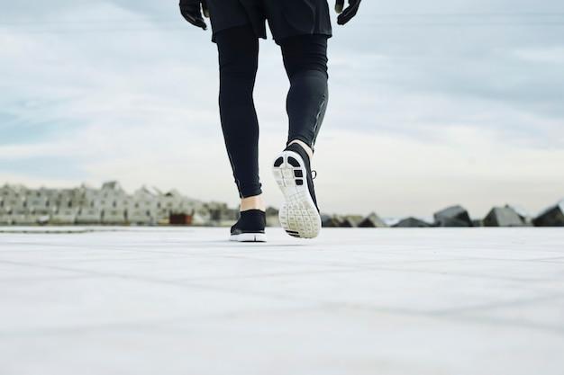 Nogi Mężczyzny Biegacz Na Drodze Zbliżenie Na But Darmowe Zdjęcia