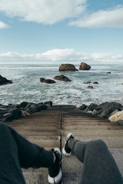 Nogi Przed Wybrzeżem Na Schodach. Premium Zdjęcia