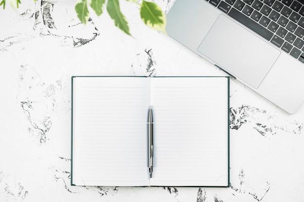 Notatnik, Długopis I Laptop Premium Zdjęcia
