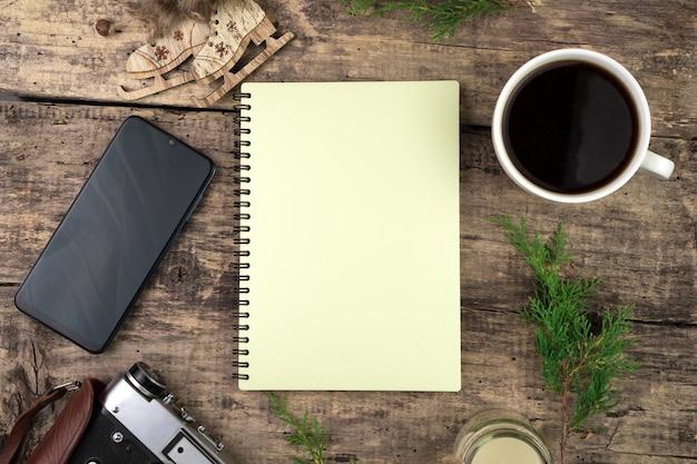 Notatnik, Gałązki Iglaste, Kawa, Telefon I Aparat Retro Premium Zdjęcia