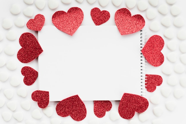 Notatnik między zestawami serc ornament Darmowe Zdjęcia