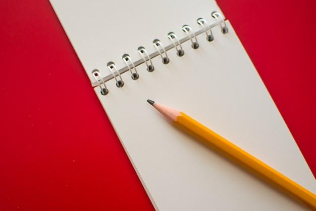 Notatnik spiralny na czerwono Premium Zdjęcia