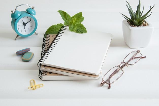 Notatniki na białym drewnianym tle Premium Zdjęcia