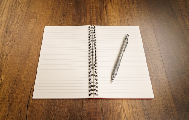 Notebook z ołówkiem na górze Darmowe Zdjęcia
