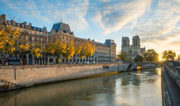 Notre Dame De Paris I Sekwany W Paryżu, Francja Premium Zdjęcia