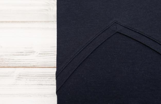Nowa Czarna V Szyi Koszula Na Białym Drewnianym Tle Premium Zdjęcia