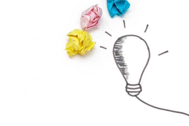 Nowa koncepcja pomysłu. kolorowe kulki zmięty papier Premium Zdjęcia