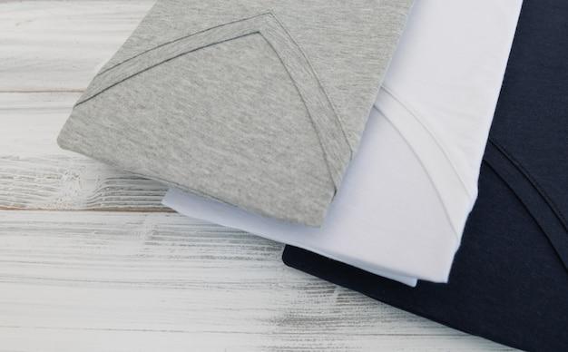 Nowa Koszula Czarny, Biały I Szary V Neck Na Białym Tle Drewnianych Premium Zdjęcia