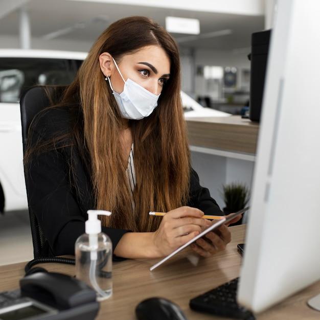 Nowa Normalna W Biurze Z Maską Na Twarz Premium Zdjęcia