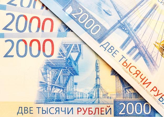 Nowe rosyjskie banknoty o nominałach 2000 rubli z bliska Premium Zdjęcia