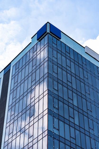 Nowoczesna Architektura Budynku Ze Szkła Z Niebieskim Niebem I Chmurami Darmowe Zdjęcia
