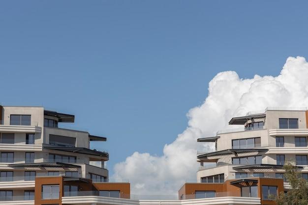 Nowoczesna Architektura I Zachmurzone Niebo Premium Zdjęcia