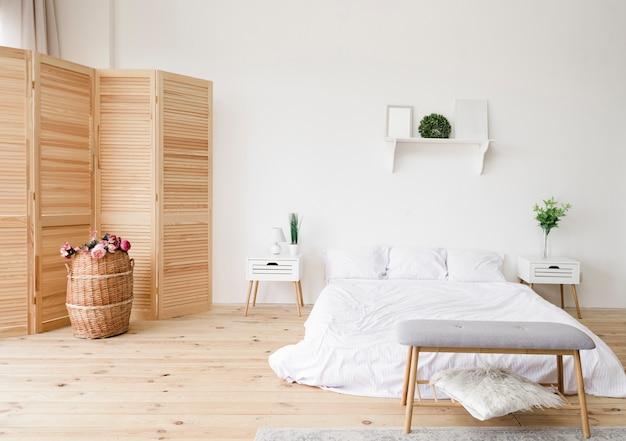 Nowoczesna, Jasna Minimalistyczna Sypialnia Premium Zdjęcia