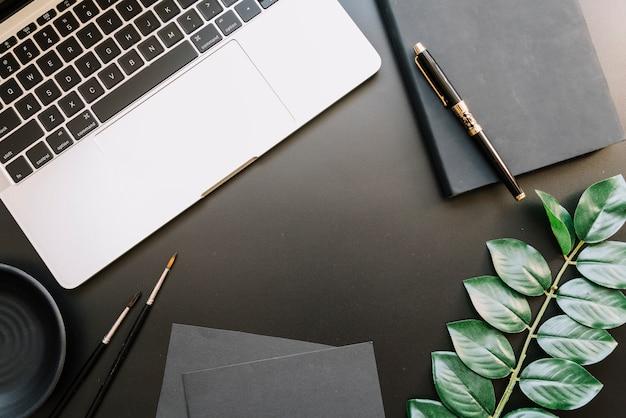 Nowoczesna kompozycja biurka z urządzeniem technologicznym Darmowe Zdjęcia