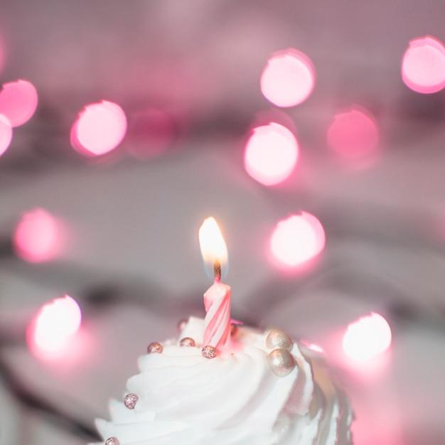 Nowoczesna kompozycja urodzinowa z uroczą babeczką Darmowe Zdjęcia