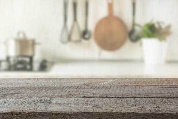Nowoczesna kuchnia z drewnianym blatem, miejscem dla ciebie i produktami wystawowymi. Premium Zdjęcia