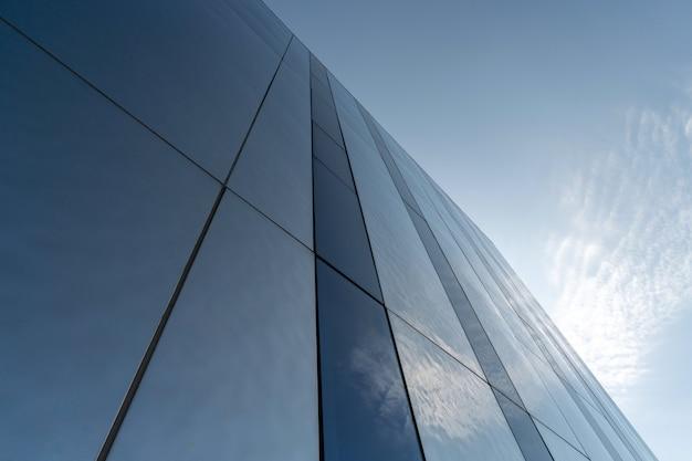 Nowoczesna lustrzana dekoracja ścienna centrum biznesowego, kopia przestrzeń. widok z dołu na teksturę wyglądu zewnętrznego. współczesny wzór budynków. patrząc w górę Premium Zdjęcia