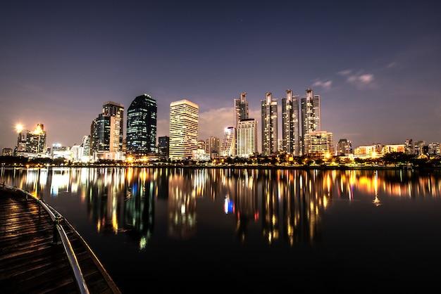 Nowoczesna Noc Panoramę Miasta Z Odbicia światła Premium Zdjęcia