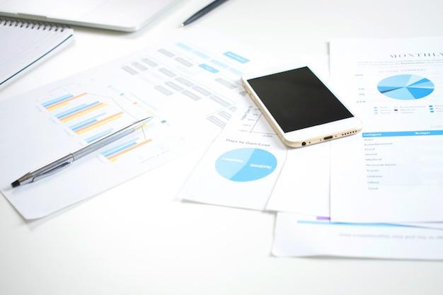 Nowoczesne Białe Biurko Na Stole Z Dokumentami Finansowymi I Telefonem Komórkowym Premium Zdjęcia