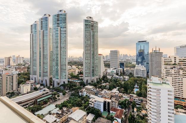 Nowoczesne budynki i nieruchomości wieczorem w bangkoku Premium Zdjęcia
