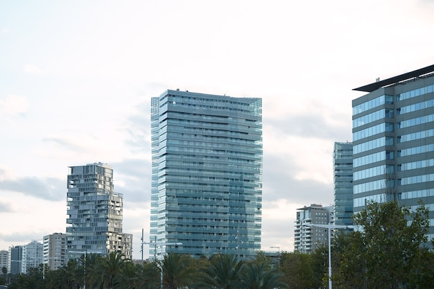 Nowoczesne Budynki Miejskie Ze Szkła I Betonu Minuty Po Zachodzie Słońca Na Tle Czystego, Białego Nieba Darmowe Zdjęcia