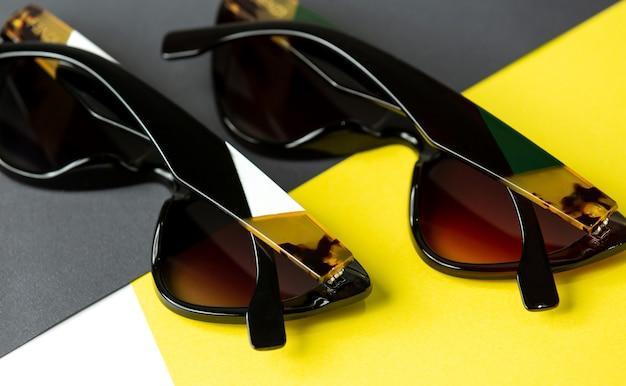 Nowoczesne Czarne Okulary Z Widokiem Z Góry Na żółto-czarnym Tle Izolują Elegancję Okularów Darmowe Zdjęcia