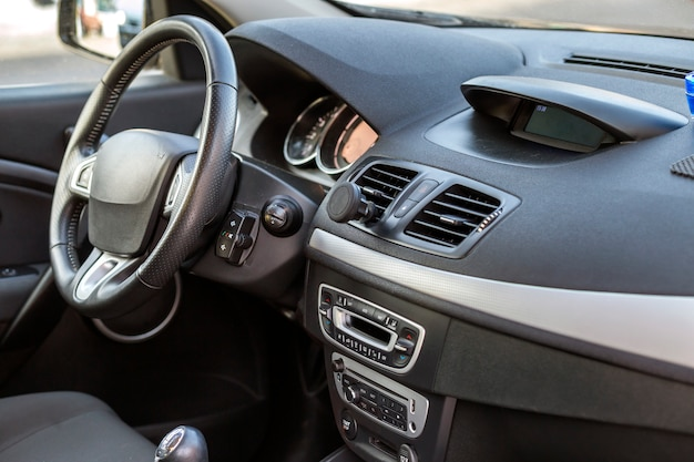 Nowoczesne Drogie Wnętrze Samochodu. Deska Rozdzielcza I Kierownica W Kolorze Czarnym. Transport, Projektowanie, Koncepcja Nowoczesnej Technologii. Premium Zdjęcia