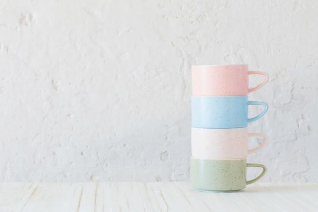 Nowoczesne Kubki Ceramiczne Na Tle Białej ściany Premium Zdjęcia