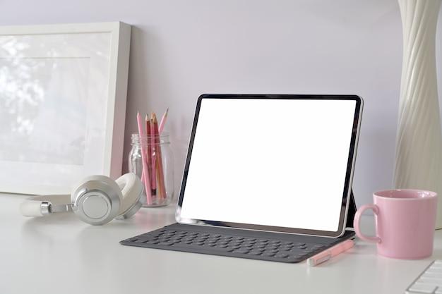 Nowoczesne miejsce pracy z tabletem z pustym ekranem, materiały biurowe do domu Premium Zdjęcia
